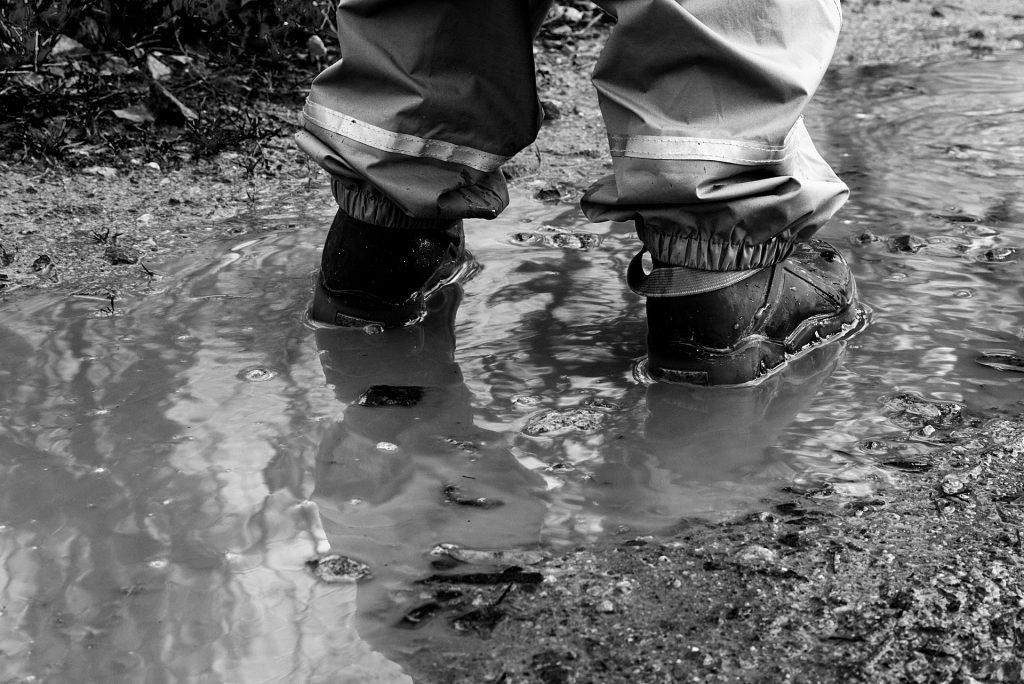 mettre les pieds dans le plat